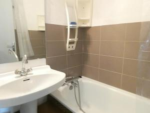 A bathroom at Appartement Piau-Engaly, 1 pièce, 6 personnes - FR-1-457-241