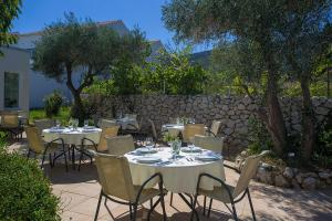 Ein Restaurant oder anderes Speiselokal in der Unterkunft Family Resort Hotel Manora 4 Stars