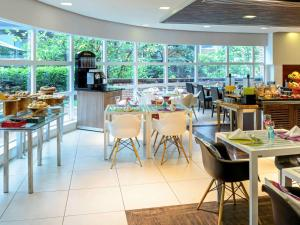 A restaurant or other place to eat at Mercure Sao Paulo Jardins