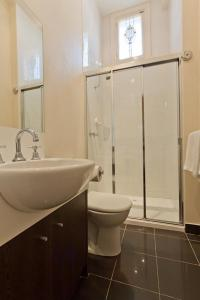 A bathroom at Sixty Two On Grey Serviced Apartments