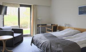 A bed or beds in a room at Hovborg Kro