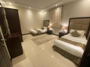 Cama ou camas em um quarto em ماروم للشقق الفندقية