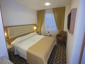سرير أو أسرّة في غرفة في فندق سيتي
