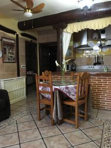 Un restaurante o sitio para comer en Casa Rural La Antigua Tahona