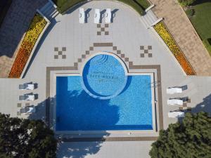 Uitzicht op het zwembad bij View Apartments of in de buurt