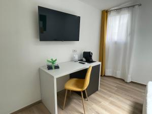 A television and/or entertainment centre at Admayora Guest House