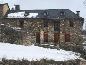 Refugi-Gîte d'Étape d'Alós during the winter
