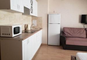 Кухня или мини-кухня в Апартаменты на виноградной 4