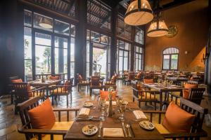 A restaurant or other place to eat at Legacy Yen Tu - MGallery