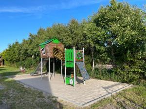 Plac zabaw dla dzieci w obiekcie Domki Letniskowe Malinka