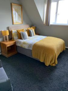 A bed or beds in a room at Boston Lodge