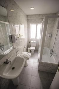 A bathroom at Hotel Vigo Plaza