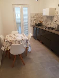 Kuhinja ili čajna kuhinja u objektu Bed & Breakfast Dora