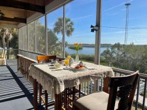 A restaurant or other place to eat at Crystal River Lullaby B&B