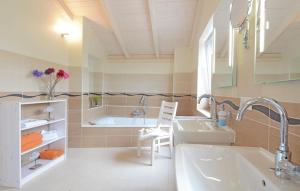A bathroom at Holiday home Dagebüll 45 Germany