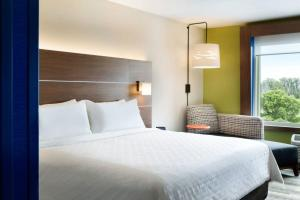 A bed or beds in a room at Holiday Inn Express - Auburn Hills South, an IHG Hotel