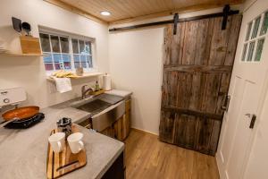A kitchen or kitchenette at Schuyler Yacht Basin