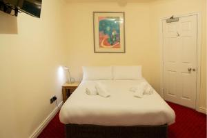A bed or beds in a room at The Knighton Hotel by Paymán Club