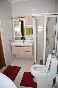 A bathroom at Kandiz Queendom