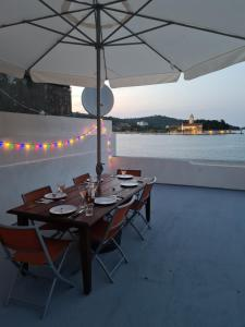 A restaurant or other place to eat at Rooms Skalinada Vis