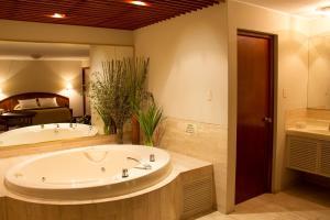 A bathroom at Hotel Park Suites