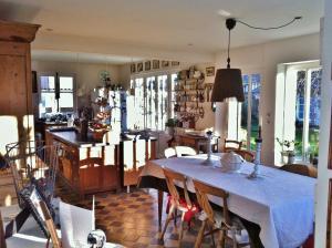 A restaurant or other place to eat at Aux Rives de Honfleur
