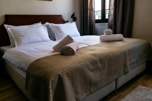 A bed or beds in a room at Leonis Rooms
