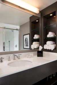 A bathroom at Courtyard by Marriott Minneapolis Downtown