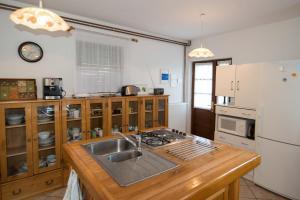 Kuhinja ili čajna kuhinja u objektu Country House Vrbovčanka