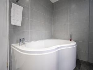 A bathroom at Blackbull hotel