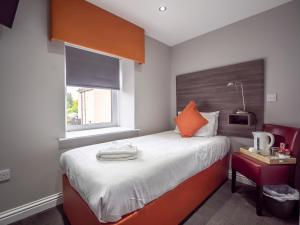 A bed or beds in a room at Blackbull hotel