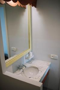 A bathroom at Cèsar