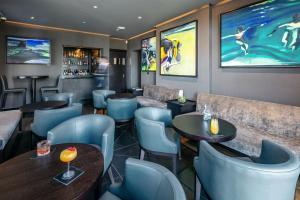 The lounge or bar area at Twr y Felin Hotel