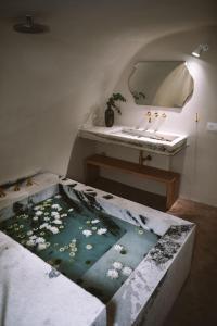 Ein Bett oder Betten in einem Zimmer der Unterkunft Spitia Santorini Villa Collection