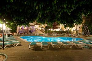 Der Swimmingpool an oder in der Nähe von Kassandra Hotel