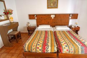 Ein Bett oder Betten in einem Zimmer der Unterkunft Kassandra Hotel