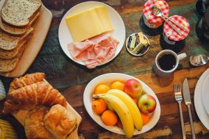 Breakfast options available to guests at Union Road Moto Velo Accommodation