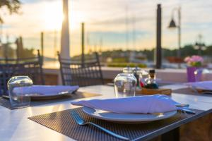 A restaurant or other place to eat at B&B Heritage Villa Apolon