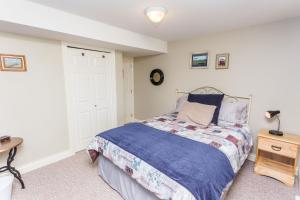 A bed or beds in a room at Overlander B&B