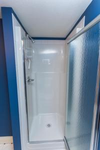 A bathroom at Overlander B&B