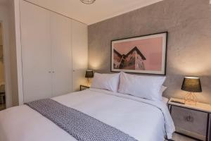 A bed or beds in a room at Artistic 2BR in Luxury Building