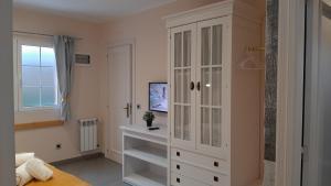 Una televisión o centro de entretenimiento en Hotel Alvaro frente Palacio-Museo Selgas