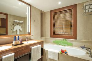 A bathroom at Shangri-La Singapore (SG Clean, Staycation Approved)