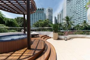 The swimming pool at or near Shangri-La Singapore (SG Clean, Staycation Approved)