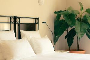 A bed or beds in a room at Hotel la Ponche