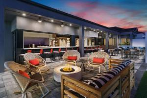 A restaurant or other place to eat at Courtyard Orlando Lake Buena Vista at Vista Centre - - Newly Redesigned
