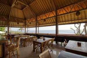 A restaurant or other place to eat at Manta Cottages with Sea View
