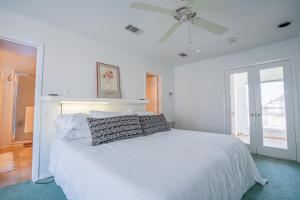 A bed or beds in a room at Tranquillo Stunning Pirates Beach House 2 decks 2-min walk to beach