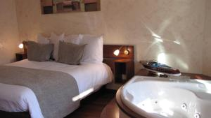A bed or beds in a room at Ile du Gua Suites