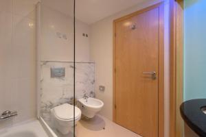 A bathroom at Holiday Inn Express Lisbon Airport, an IHG Hotel